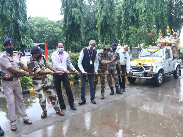 અમદાવાદ એરપોર્ટ પરથી નિવૃત્ત થયેલા 3 સ્નિફર ડોગને રિટાયર થતાં IPS અધિકારીની જેમ ગાડીમાં બેસાડી ગાડી ખેંચી વિદાય અપાઈ|અમદાવાદ,Ahmedabad - Divya Bhaskar