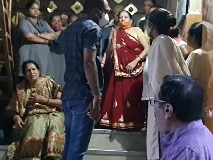 રણછોડરાય મંદિરે પૂજા કરવા મહિલાઓ પહોંચી, તાળા મારી દઈ પ્રવેશ કરતા અટકાવાઈ, ચાર કલાક માથાકૂટ ચાલી, મહિલાઓ મક્કમ|નડિયાદ,Nadiad - Divya Bhaskar