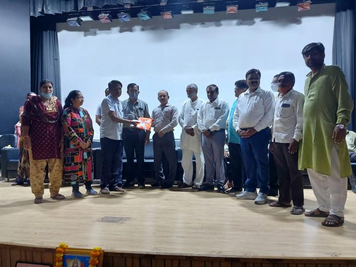 ગાંધી જયંતી નિમિત્તે કડી પાલિકાના 149 સફાઈ કર્મીઓનું સન્માન કરાયું કડી,Kadi - Divya Bhaskar