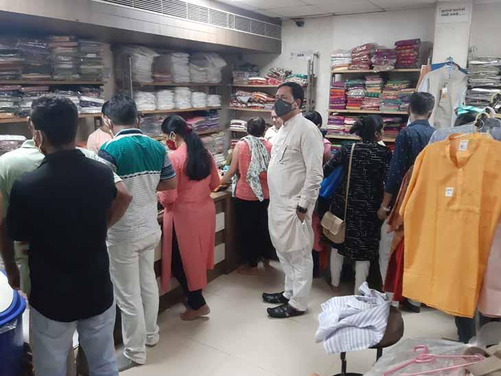 ગાંધી જયંતીએ ખાદી ઉદ્યોગમાં ખાદીની ખરીદી કરવા ઉમટેલા ગ્રાહકો. - Divya Bhaskar