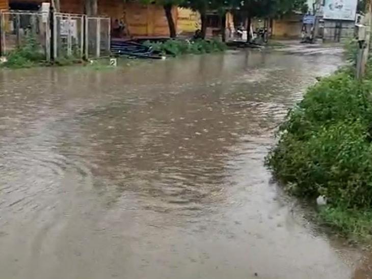 પોશીના અને વડાલી પંથકમાં શનિવારે બપોર બાદ વરસાદ પડતાં માર્ગો પર પાણી રેલાયા હતા. વાતવરણમાં ઠંડક પ્રસરી હતી - Divya Bhaskar