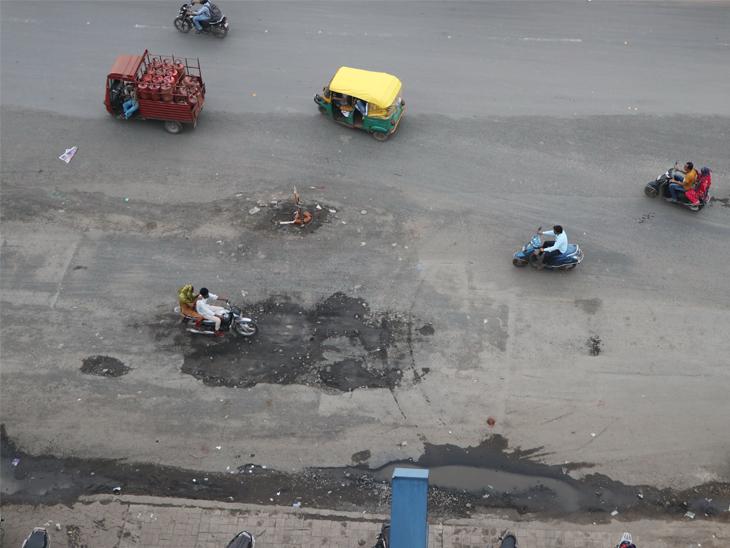 ઇસનપુરથી ઘોડાસર તરફ કોમ્ફી હોટેલ પાસે પણ સર્વિસ રોડ પર ડાઇવર્ઝન આપતાં વાહનચાલકો મુશ્કેલીમાં મુકાય છે. - Divya Bhaskar