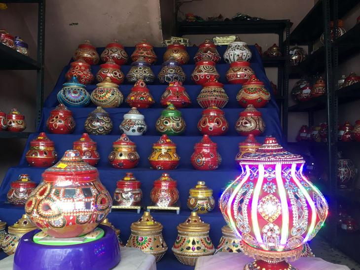 નવરાત્રિ પર બાજોટવાળા અને ડિઝાઈનર ગરબાનો ટ્રેન્ડ, પ્રથમવાર બજારમાં આવેલા 700 ગરબાનું બુકિંગ થયું|રાજકોટ,Rajkot - Divya Bhaskar