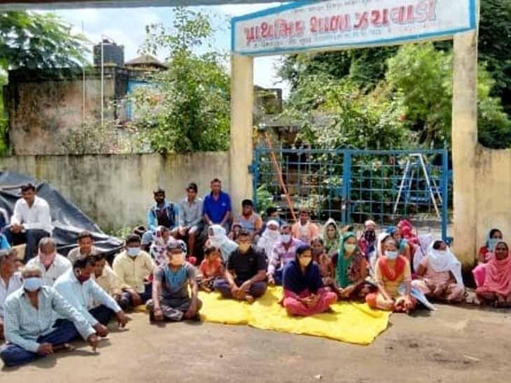 ઝરાવાડી ગામે શાળાની તાળાબંધી કરી ગેટ આગળ વિરોધ પ્રદર્શન. - Divya Bhaskar