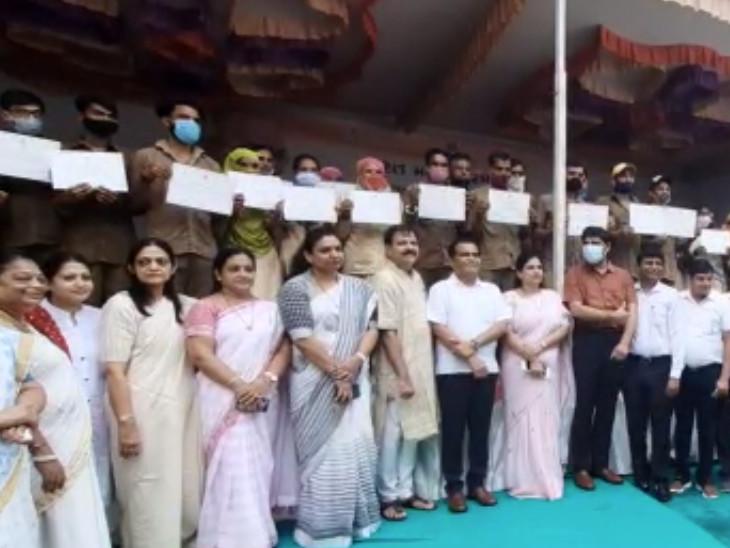 સુરતમાં ઠેરઠેર મહાત્મા ગાંધીજીનો જન્મદિવસ ઉજવાયો, કોર્પોરેશન દ્વારા સફાઇ કર્મચારીઓને સન્માન કરાયું|સુરત,Surat - Divya Bhaskar