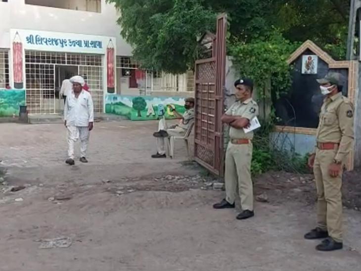 શિવરાજપુરમાં મતદાન કેન્દ્ર પર પોલીસનો બંદોબસ્ત.