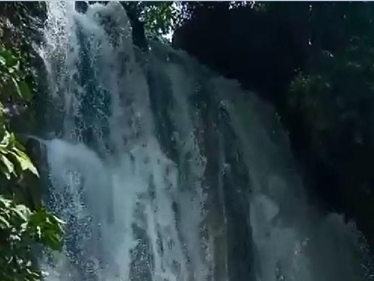 ધોધની પોહળાઇ પણ વધુ હોવાથી વહેતા પાણીના નયનરમ્ય દૃશ્યો સર્જાયા