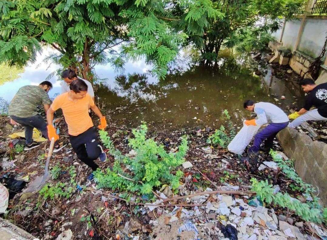 માંડવીના ટોપણસર તળાવની સેવાભાવી લોકોએ સફાઈ હાથ ધરી લોકોને સ્વચ્છતાનો સંદેશ આવ્યો ભુજ (કચ્છ),Bhuj (Kutch) - Divya Bhaskar