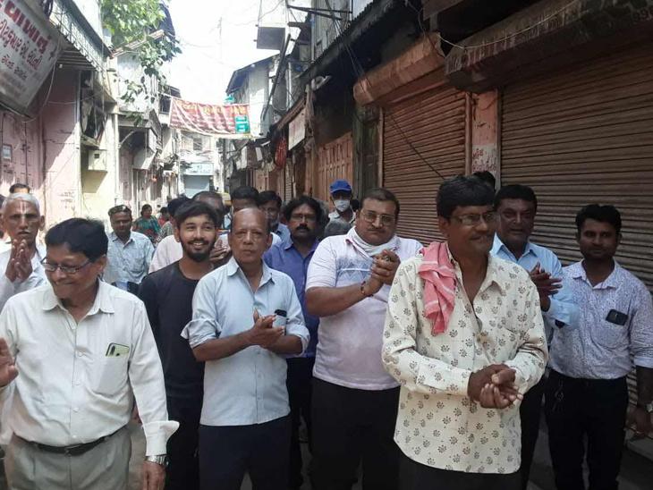 કલોલમાં શૌચાલય તોડી પાડવામાં આવતા વેપારીઓએ બંધ પાળ્યો હતો. - Divya Bhaskar