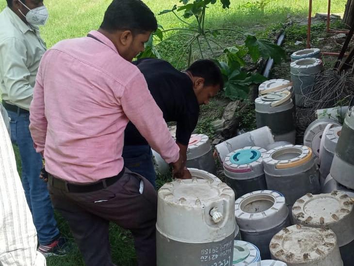 દાહોદ જિલ્લામાં વાયરલ ઇન્ફેક્શન વધતા ઘરે-ઘર માંદગીના ખાટલા જોવા મળી રહ્યા છે. ત્યારે મેલેરિયા અને ડેન્ગ્યૂના કેસો શોધવા માટે આરોગ્ય વિભાગ દ્વારા ડોર ટુ ડોર અભિયાન શરૂ કર્યુ છે. - Divya Bhaskar