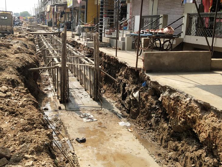 મલેકપુરમાં ગટરની કામગીરી દરમ્યાન કમ્પાઉન્ડ વોલ તોડવામાં આવી હતી - Divya Bhaskar