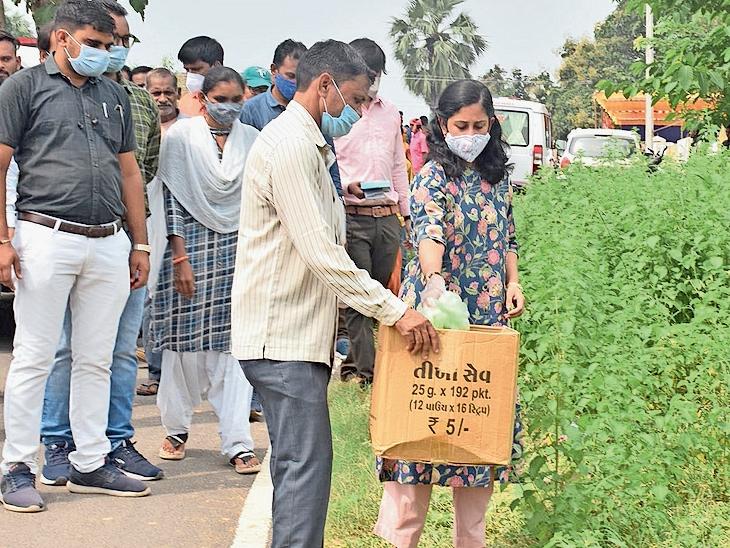 જિલ્લા કલેકટરેરસ્તા ઉપર પડેલો કચરો ઉપાડી શ્રમદાન કરી લોકોને પ્લાસ્ટિકના પ્રદુષણ થી બચવા સંદેશ આપ્યો હતો. - Divya Bhaskar