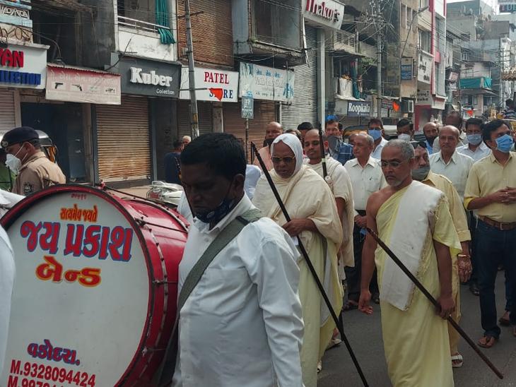 વલ્લભસૂરી મહારાજની સ્વર્ગારોહણ તિથિ નિમિત્તે શહેરમાં જાની શેરી ખાતેથી શોભાયાત્રા નીકળી હતી. - Divya Bhaskar