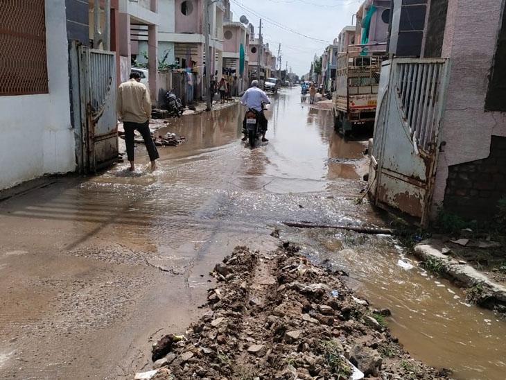 સોસાયટીઓમાં પાણી ભરાતા મુશ્કેલી. - Divya Bhaskar