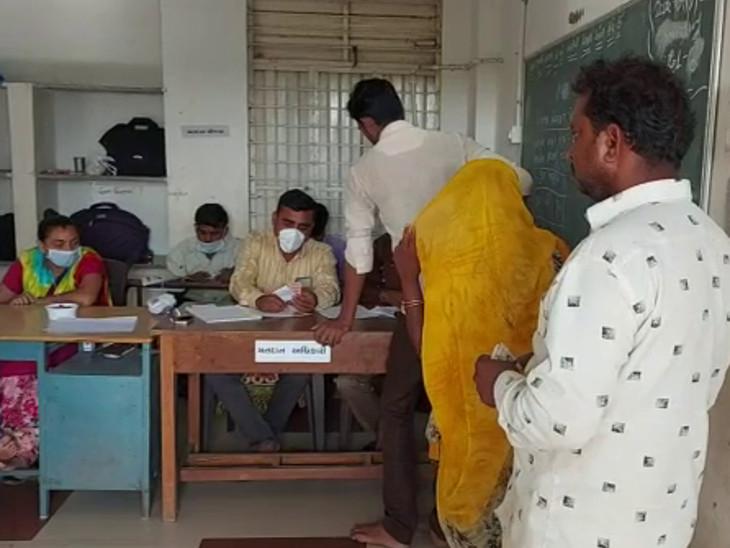 5 વાગ્યા સુધીમાં રાજકોટ જિ.પં.ની શિવરાજપુર બેઠક પર 47.53% અને સાણથલી પર 51.44% મતદાન|રાજકોટ,Rajkot - Divya Bhaskar