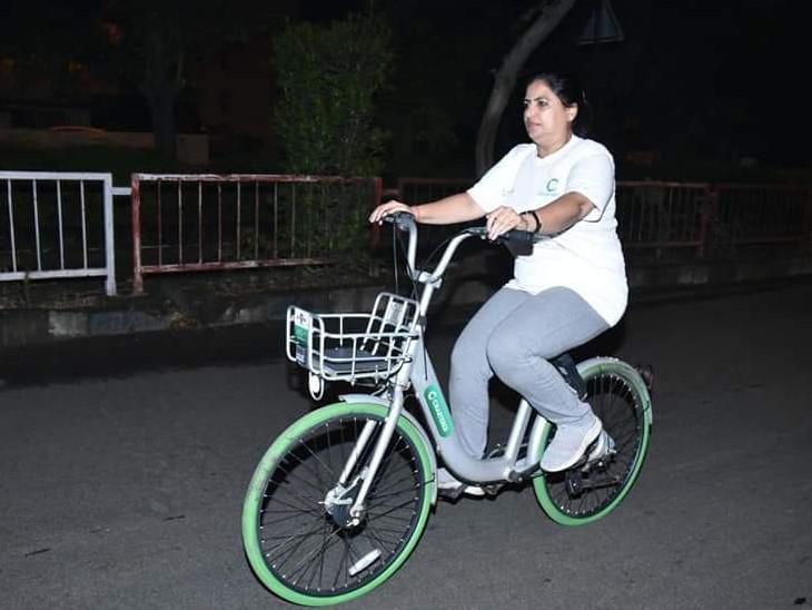 સાયકલ શેરીંગ પ્રોજેક્ટની સાયકલ મેયરે ચલાવી હતી.