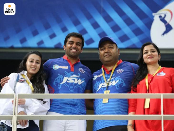 દિલ્હી કેપિટલ્સ ટીમના માલિક પાર્થ જિન્દાલની પત્ની (ડાબે)ની તસવીર.
