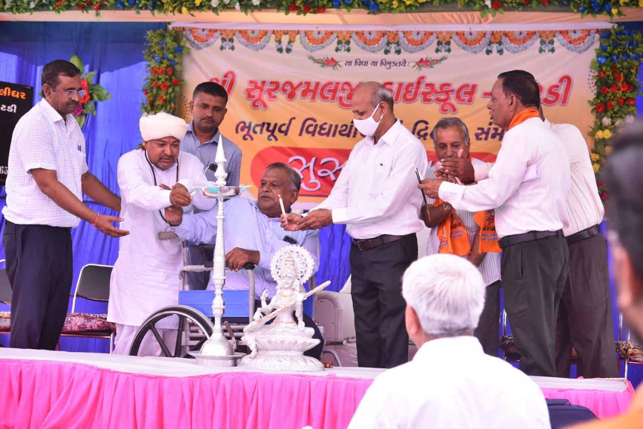 પાટડીની શ્રી સુરજમલજી હાઇસ્કુલમાં ભૂતપૂર્વ વિદ્યાર્થીઓના ભવ્ય સંમેલન યોજાયું - Divya Bhaskar