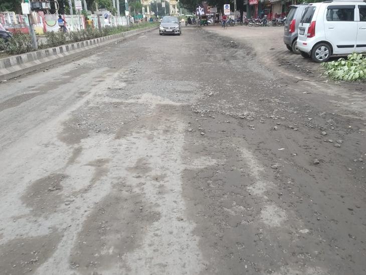 પેટલાદમાં માર્ગો ધોવાઇ જતાં વાહનચાલકો પરેશાન થઇ રહ્યાં છે. - Divya Bhaskar