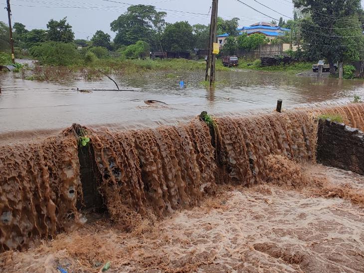 ઉમરપાડા તાલુકામાં વરસેલા 4 ઇંચ જેટલા વરસાદથી માર્ગો ગરક થવાની સાથે ઠેર ઠેર પાણી ભરાયા હતા. - Divya Bhaskar
