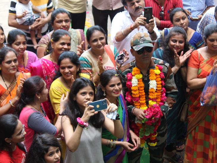 કાનપુરામાં નિવૃત થઇ પરત આવેલા આર્મી જવાનનું ભવ્ય સ્વાગત કરાયું. - Divya Bhaskar
