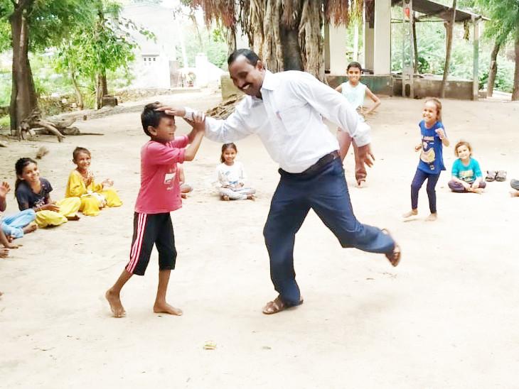 સુરેન્દ્રનગરના પાટડીમાં બાળકોનો તણાવ દૂર કરવા શિક્ષકોએ દેશી રમતો થકી 'જ્ઞાન સાથે ગમ્મત'નો માર્ગ અપનાવ્યો છે. - Divya Bhaskar