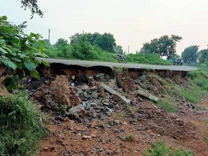 પ્રાંતવેલ રોડ ભારે વરસાદના કારણે ધોવાઇ ગયો છે. - Divya Bhaskar