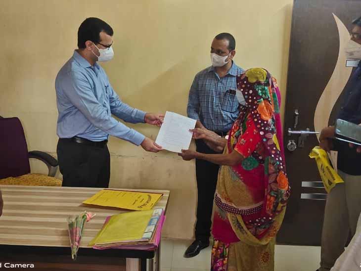 લાભાર્થી મહિલાઓને કલેક્ટરના હસ્તે પ્રમાણપત્રો અર્પણ કરાયા હતા. - Divya Bhaskar