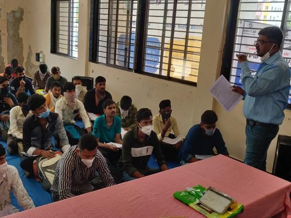 જિલ્લાની મહિલા ITIમાં યોજાયેલા મેળામાં યુવક-યુવતીઓ રોજગારી માટે ઉમટી પડી હતી. - Divya Bhaskar