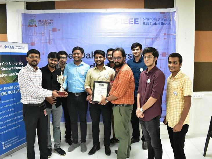 એવોર્ડ પ્રાપ્ત કરતા વિદ્યાર્થીઓની તસવીર - Divya Bhaskar