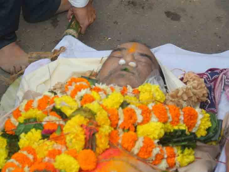 સ્વામિનારાયણ સંતે ઘનશ્યામ નાયકના મોંમાં તુલસીનું પાન મૂક્યું હતું, અંતિમ યાત્રા તસવીરોમાં|ટીવી,TV - Divya Bhaskar