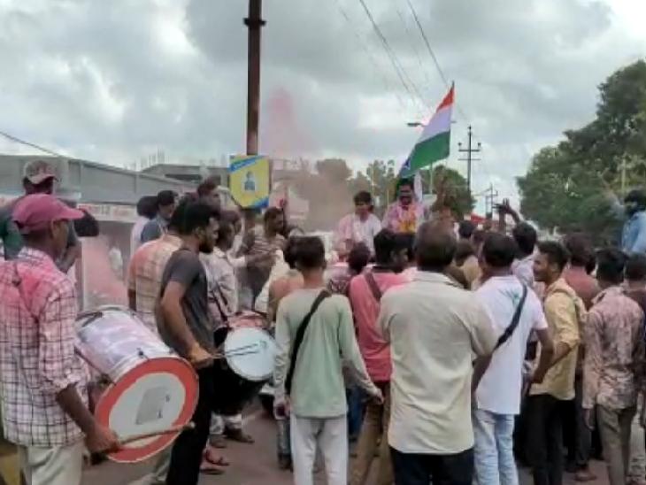 જીતની ઉજવણી કરી રહેલા કૉંગ્રેસના કાર્યકર્તાઓ - Divya Bhaskar