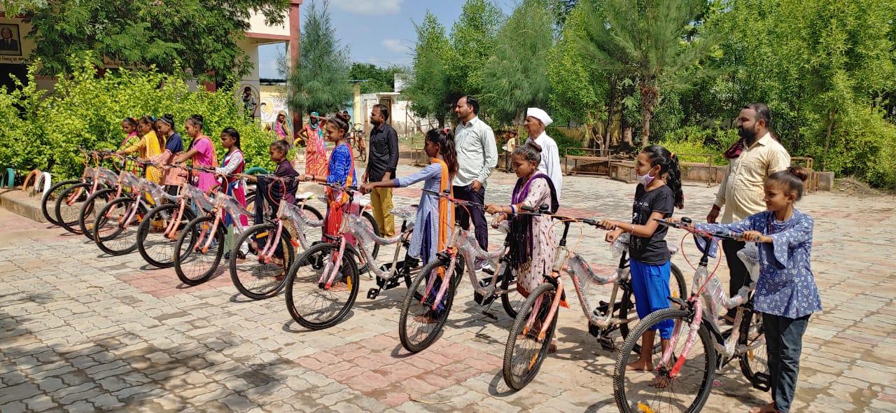કન્યા કેળવણીને પ્રોત્સાહન આપવા કામલપુરની બાળાઓને સાયકલ વિતરણ કરી - Divya Bhaskar