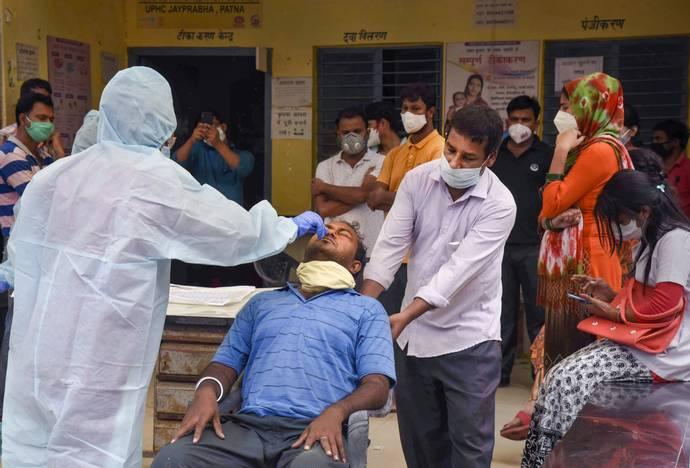 વેક્સિનના બે ડોઝ લીધા બાદ પણ ચંદ્રપાર્ક અને પર્ણકુટીર સોસાયટીમાં એક વૃદ્ધ અને વૃદ્ધા પોઝિટિવ, આરોગ્ય વિભાગે કોન્ટેક ટ્રેસીંગની કાર્યવાહી હાથ ધરી|રાજકોટ,Rajkot - Divya Bhaskar