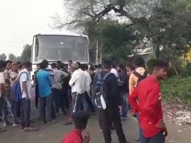 કઠાણા ગામે વિદ્યાર્થીઓ  એસટી બસ રોકીને હોબાળો મચાવતા મુસાફરો અટવાયા હતા. - Divya Bhaskar