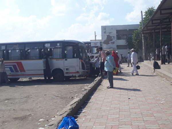સુરેન્દ્રનગર ડેપોમાં ડ્રાઇવર-કંડકટરોની ઘટના કારણે અંદાજે 44 જેટલી ટ્રીપો બંધ કરાતા વિદ્યાર્થીઓ અને મુસાફરોમાં રોષ. - Divya Bhaskar