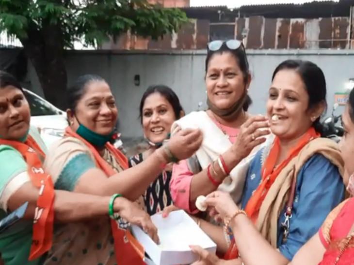 મહિલા કાર્યકર્તાઓ એકબીજાને મીઠાઇ ખવડાવી.
