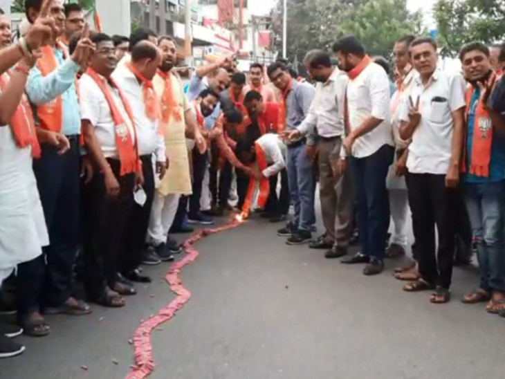 ગાંધીનગર પાલિકા અને પેટાચૂંટણીમાં મળેલી જીતની ઉજવણી સુરતમાં, કમલમ ખાતે ભાજપના કાર્યકર્તાઓએ ફટાકડા ફોડી મિઠાઇ ખવડાવી|સુરત,Surat - Divya Bhaskar