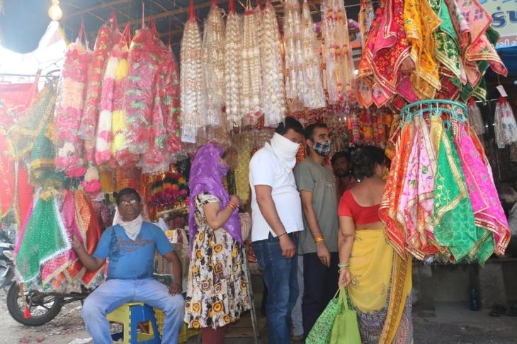 નવરાત્રિના એક દિવસ પૂર્વ ભાવનગરની બજારોમાં રોનક જોવા મળી, લોકો ગરબા, ચણીયા ચોળી અને પૂજાપાના સામાનની ખરીદી કરતા જોવા મળ્યા ભાવનગર,Bhavnagar - Divya Bhaskar