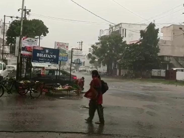 વડોદરા શહેરમાં સાંજે પવનના સુસવાટા અને ગાજવીજ સાથે ધોધમાર વરસાદ શરૂ થયો - Divya Bhaskar