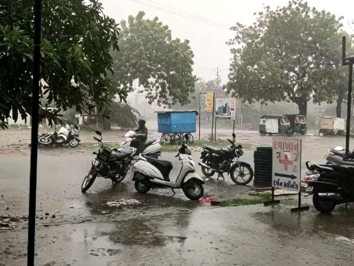 વરસાદને પગલે સામાન્ય જનજીવન અસ્તવ્યસ્ત થઇ ગયું