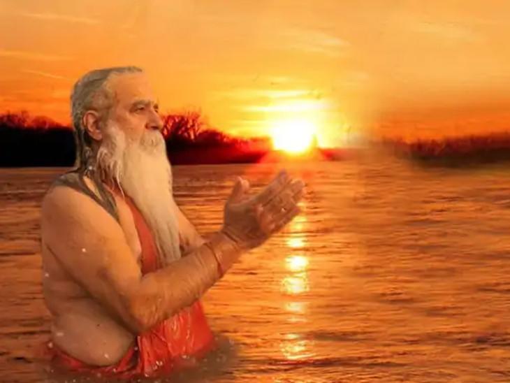 સૂર્ય દ્વારા આપણાં પિતૃઓ સુધી શ્રાદ્ધ પહોંચે છે, આ વખતે શુભ સંયોગમાં સૂર્યને જળ ચઢાવવાથી પિતૃઓ સંતુષ્ટ થશે|ધર્મ,Dharm - Divya Bhaskar