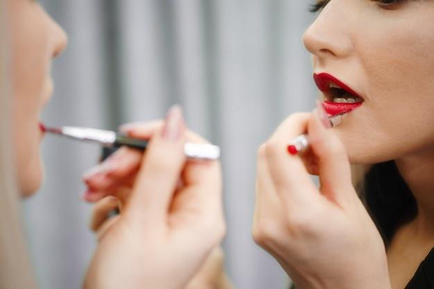 મેકઅપ કરતી મહિલાઓ પર અન્ય મહિલાઓ ઈર્ષા કરે છે, સમાજમાં મેકઅપવાળી છોકરી એટલે 'ફ્લર્ટ મટિરિયલ', જાણો આ બાબતે પુરુષો શું વિચારે છે?|હેલ્થ,Health - Divya Bhaskar