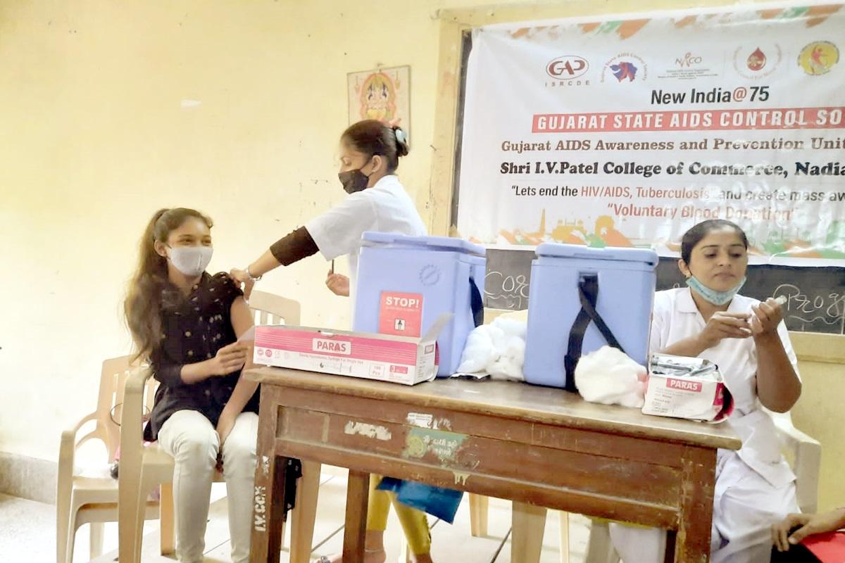 નડિયાદમાં કોલેજના વિદ્યાર્થીઓ માટે રસીકરણ કેમ્પ યોજાયો, 600 વિદ્યાર્થીઓએ રસીનો પહેલો અને બીજો ડોઝ લીધો નડિયાદ,Nadiad - Divya Bhaskar