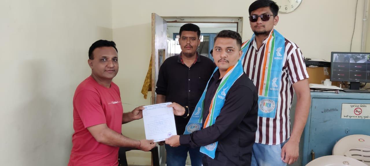 સુરેન્દ્રનગર જિલ્લા NSUI દ્વારા વિદ્યાર્થીઓને એસ.ટી બસની અગવડતાના મામલે ડેપો મેનેજરને રજૂઆત કરી - Divya Bhaskar
