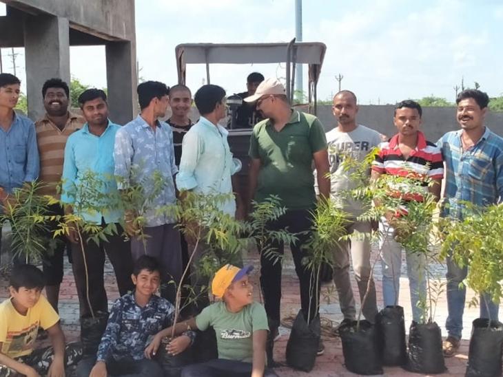 યુવાનોના ભગીરથ કાર્યને ગામ લોકોએ ઉત્સાહભેર વધાવ્યો. - Divya Bhaskar