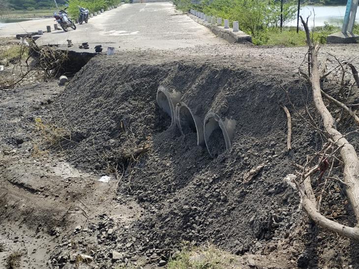 વરસાદ બાદ બગસરાના ગ્રામ્ય વિસ્તારના રસ્તાઓને ભારે નુકસાન બગસરા,Bagasara - Divya Bhaskar