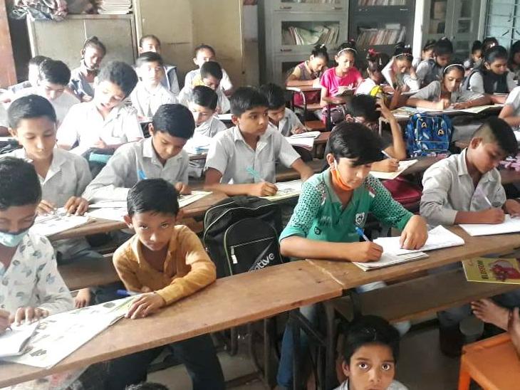 શાળામાં એક જ વર્ગમાં ખીચોખીચ ભણતા બાળકો - Divya Bhaskar
