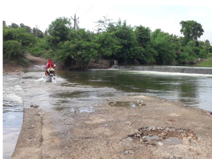 દેવકા નદીનો બેઠો પુલમાં મસમોટા ખાડા. - Divya Bhaskar