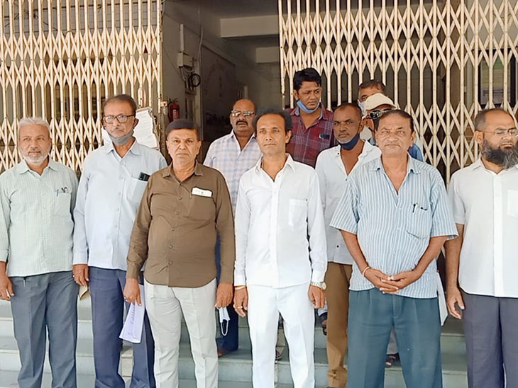 સુરેન્દ્રનગર એફપીએસ એસોસિયેશનના આગેવાનોએ કલેક્ટર કચેરીમાં જિલ્લા પુરવઠા અધિકારીને આવેદન પાઠવ્યું હતું. - Divya Bhaskar